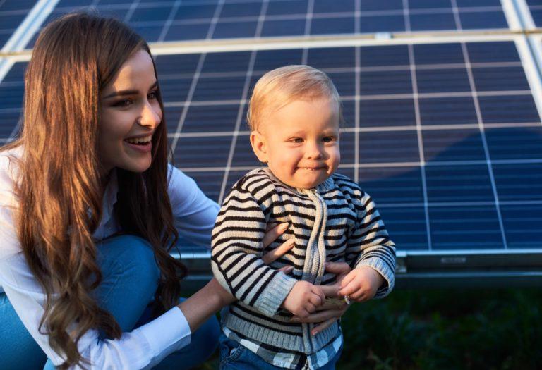una madre che aiuta il proprio piccolo ricorda l'importanza di scoprire quale sia il miglior impianto fotovoltaico per te
