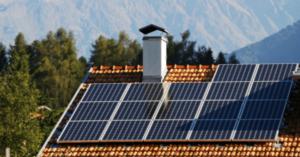 casa con pannelli fotovoltaici-min