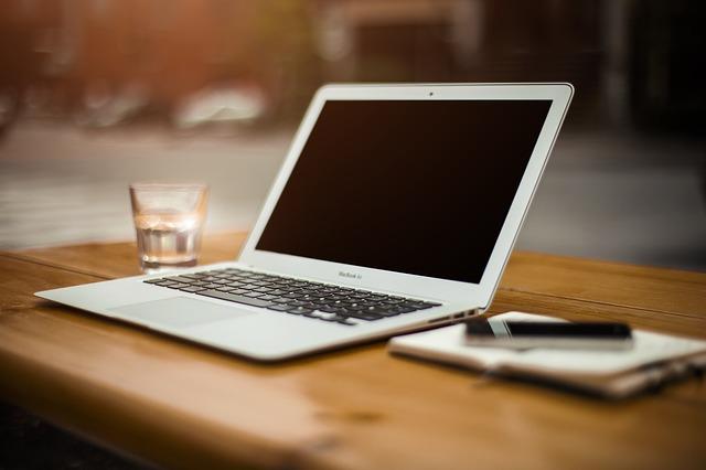 Un portatile appoggiato sulla scrivania per calcolare la produzione di un fotovoltaico a Verona.