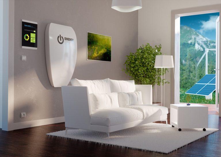 L'immagine illustra una casa dotata di fotovoltaico con accumulo. La batteria per il fotovoltaico si trova all'interno del sistema. La batteria al litio ferro fosfato è più sicura degli altri tipi di sistemi e alcuni decidono di installarla anche in salotto.