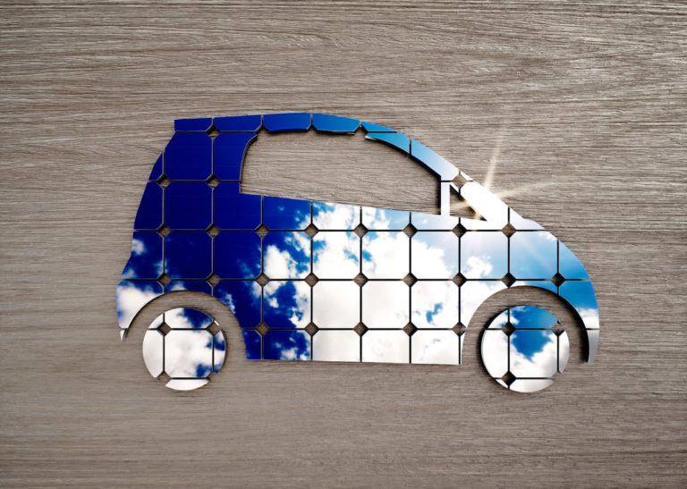concetto auto elettrica con pannelli solari