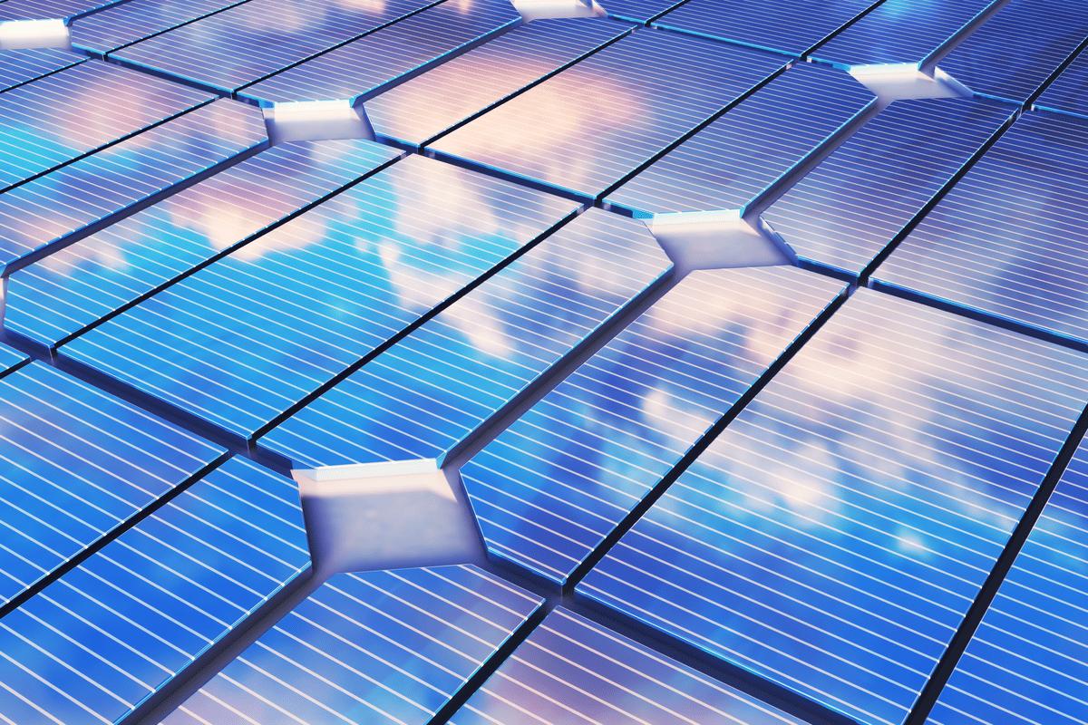 Pannelli Fotovoltaici con Riflesso delle nuvole.