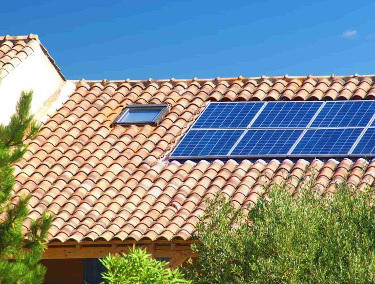 tetto con tegole a coppo con fotovoltaico. Molti si chiedono: quanto costa nel 2019? Quali novità sono state introdotte? Quali incentivi posso ottenere?