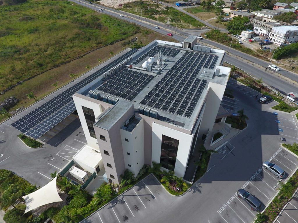 impianto fotovoltaico installato su un capannone di un'azienda