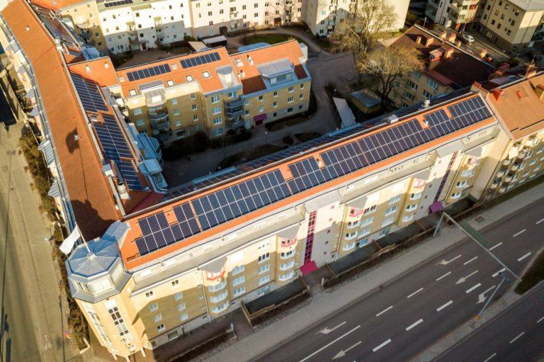 descrive un impianto fotovoltaico installato sul tetto di un condominio