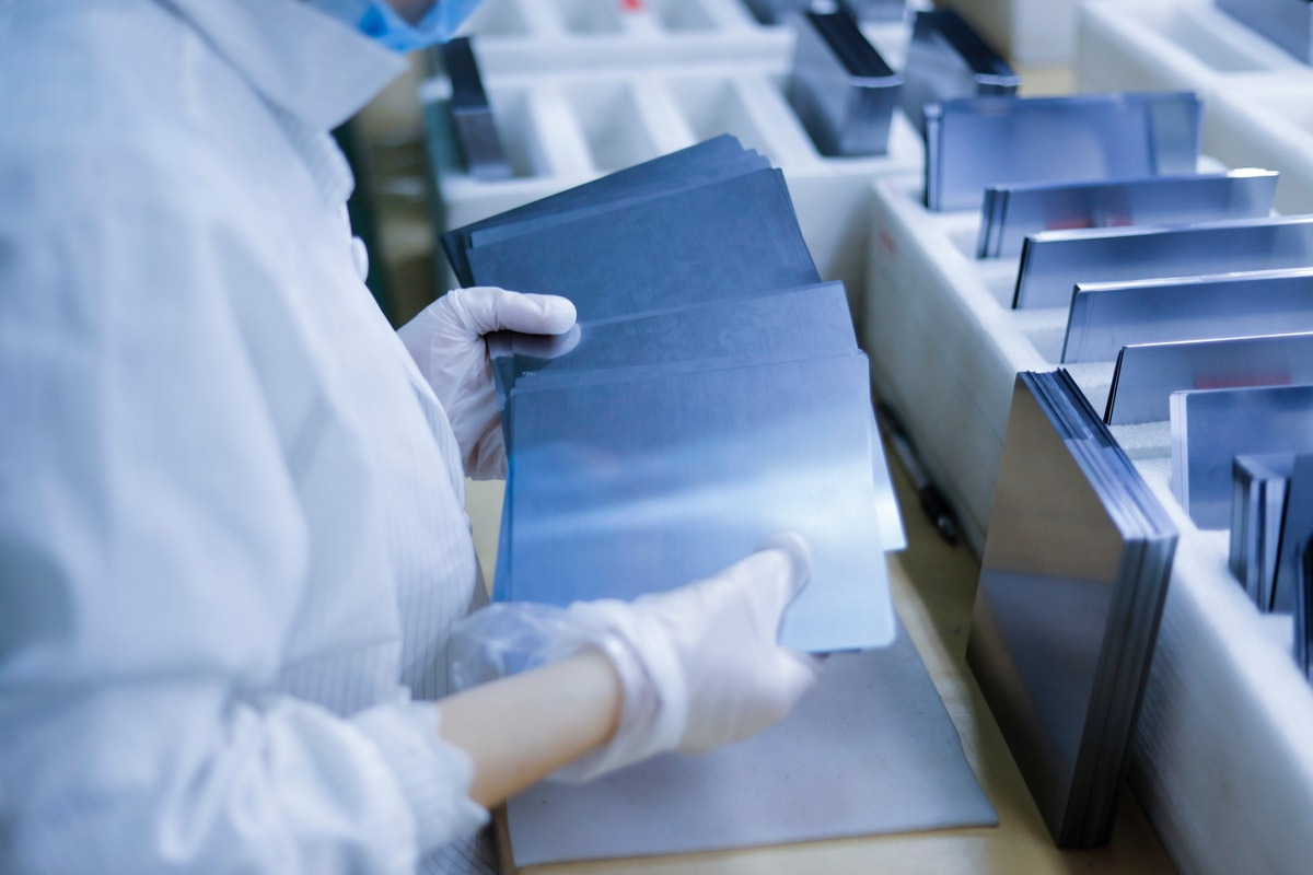 operatore verifica le celle fotovoltaiche e sceglie quelle con una qualità maggiore.