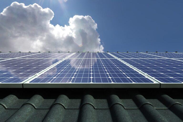 Questa immagine ricorda che un impianto fotovoltaico ha il suo costo. La nuvola rappresenta una domanda.