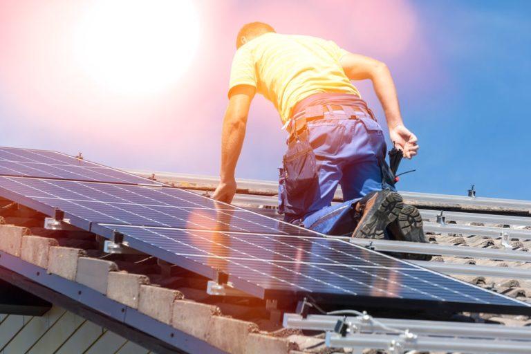 installatore monta il fotovoltaico grazie alla detrazione al 110%
