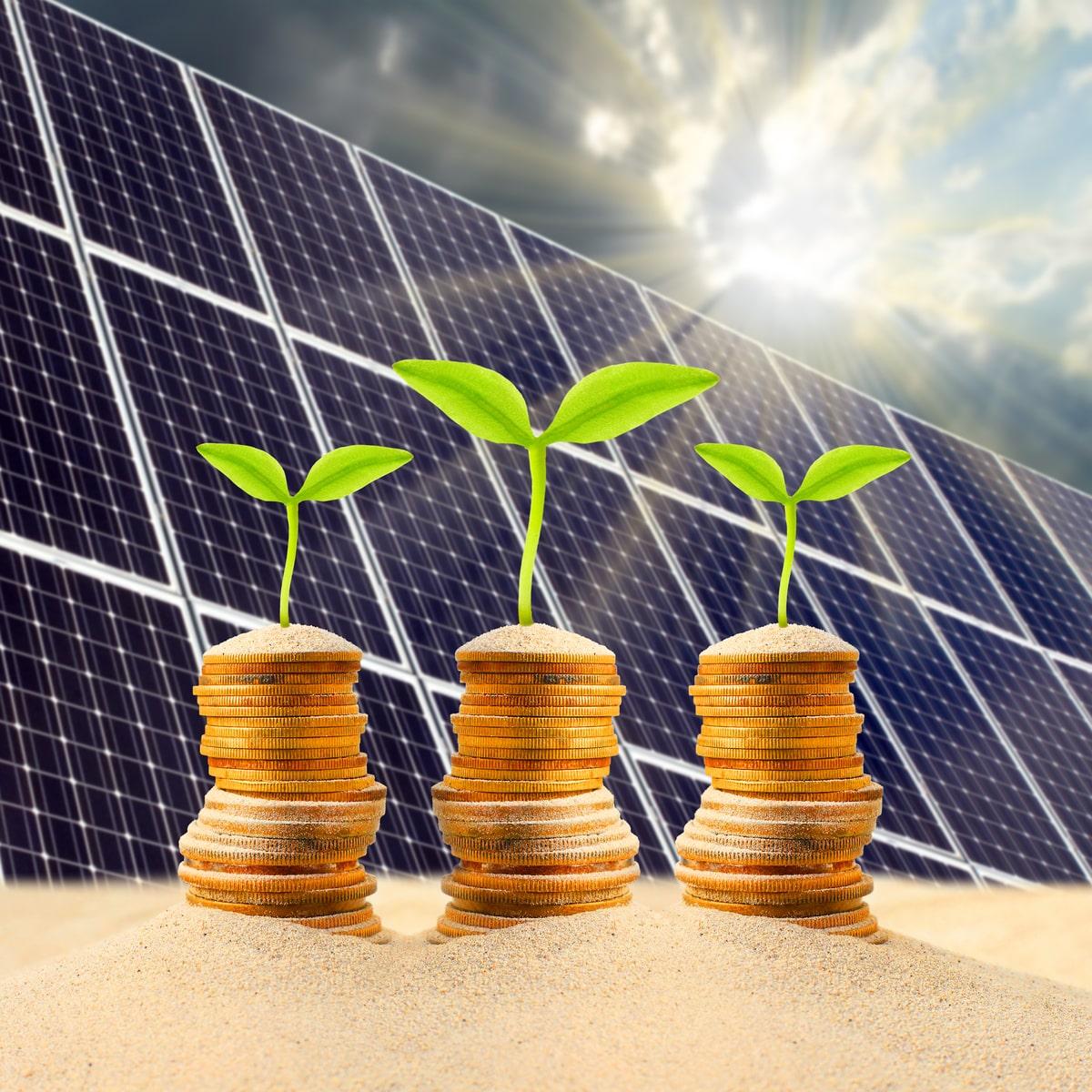 pannelli fotovoltaici e monete che descrivono la convenienza del superbonus al 110%