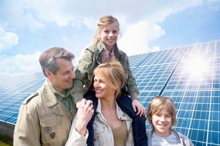famiglia che pensa di acquistare un impianto fotovoltaico da 6 kW