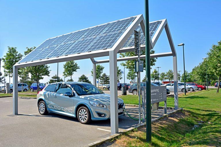 Auto elettrica che si ricarica su pensilina fotovoltaica