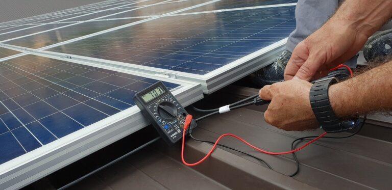 tecnico affidabile che installa l'impianto fotovoltaico