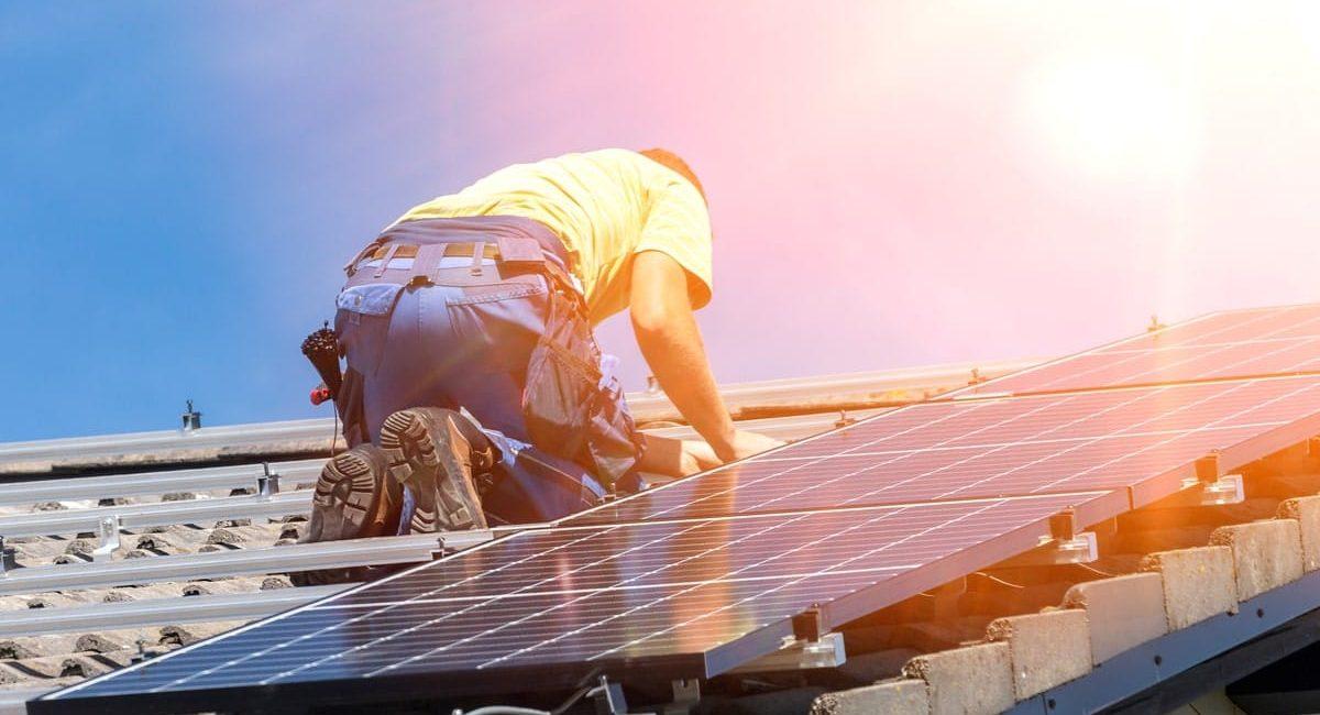 Tecnico che monta un impianto fotovoltaico da 2, 5 kW