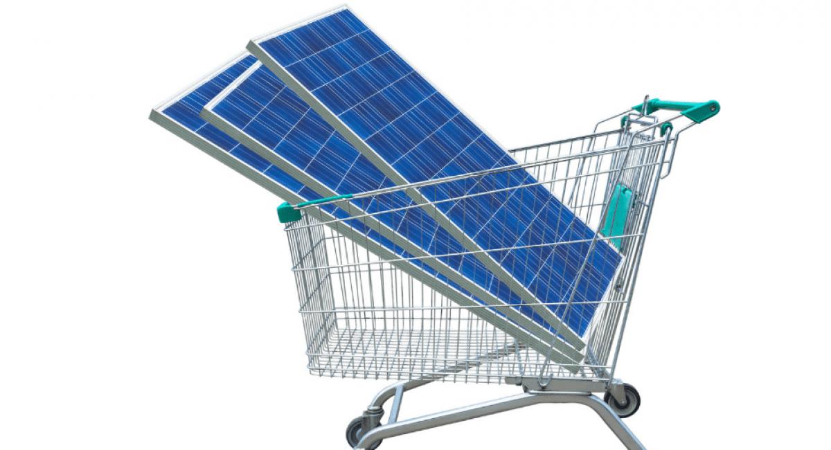 carrello con moduli fotovoltaici. Quanto costano al kilowatt?