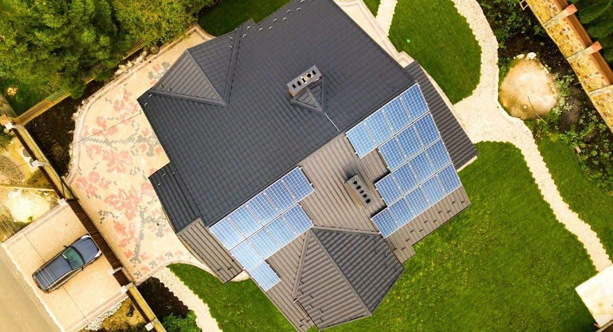 casa-con-fotovoltaico-vista-aerea-min