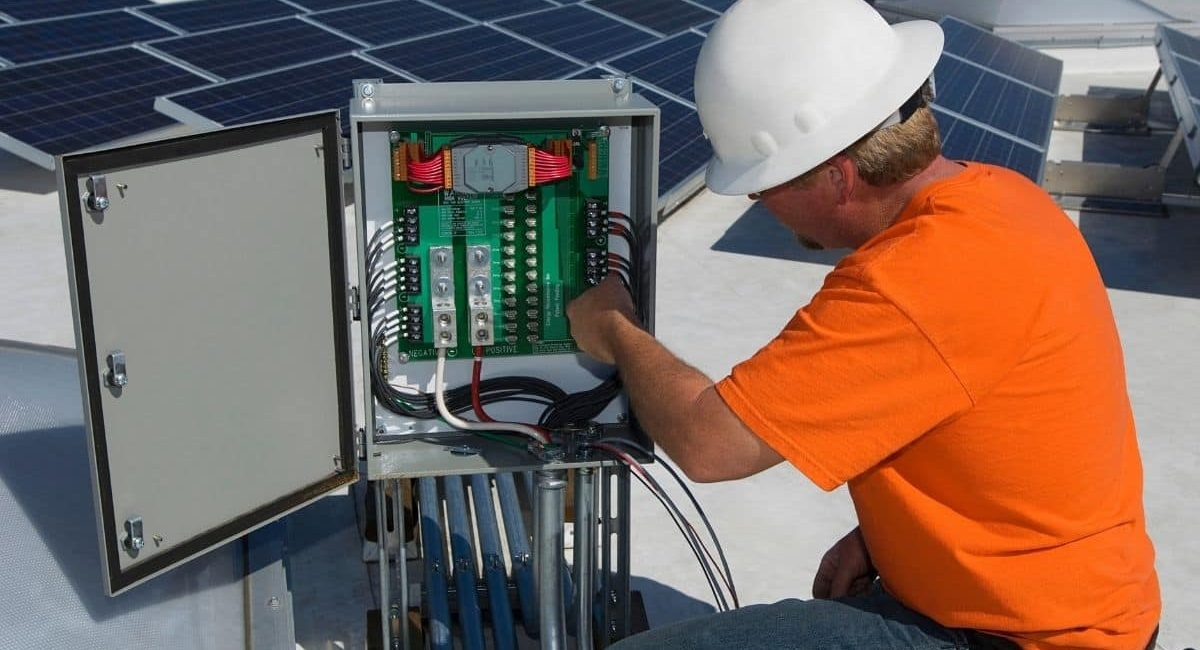 un installatore verifica il fotovoltaico come funziona