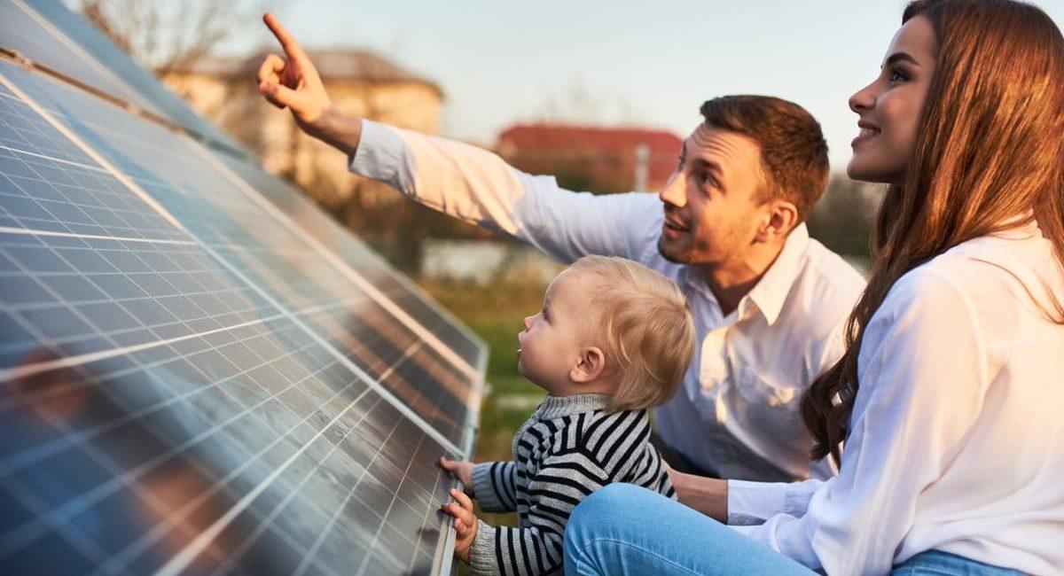 una famiglia osserva quanti pannelli fotovoltaici sono necessari per 4 kW