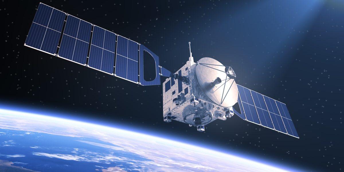 applicazione dei pannelli solari nel satellite spaziale