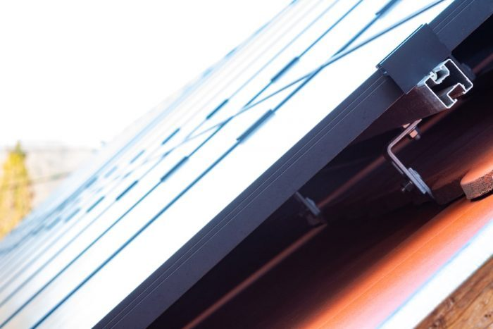 struttura che sostiene i pannelli fotovoltaici in un tetto spiovente di una casa