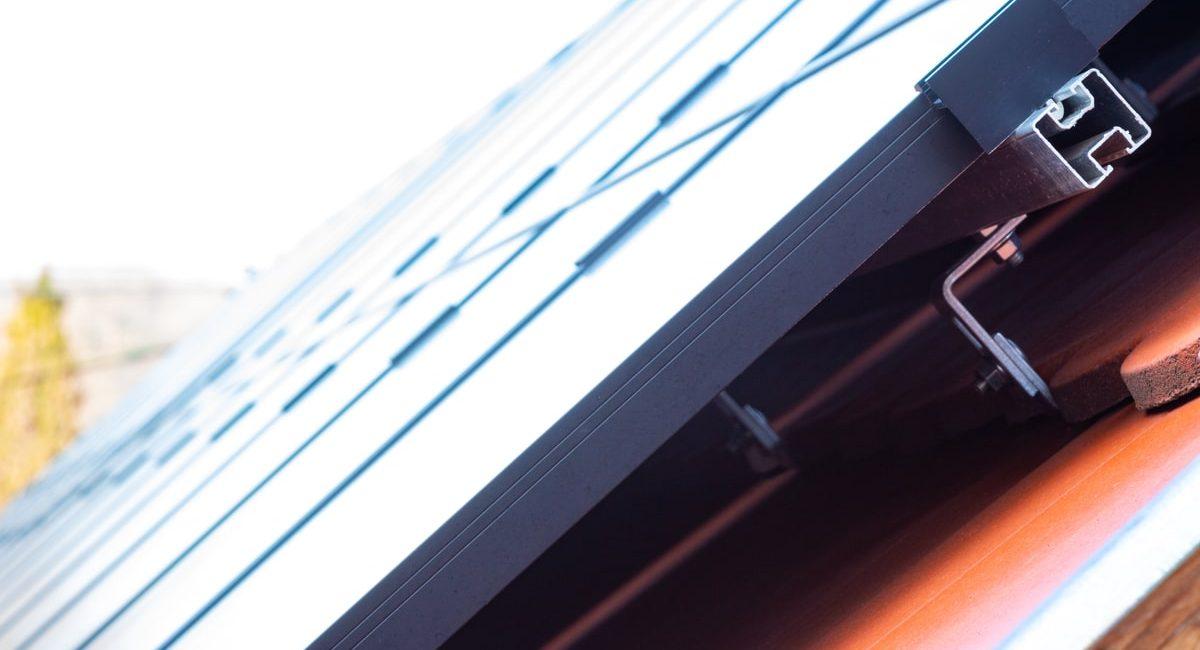 struttura che sostiene i pannelli solari in un tetto spiovente di una casa