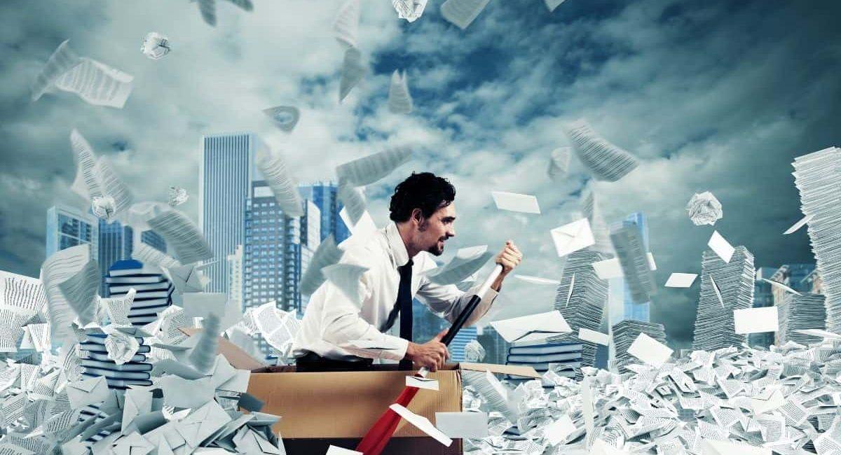 un professionista che naviga nella burocrazia sul superbonus