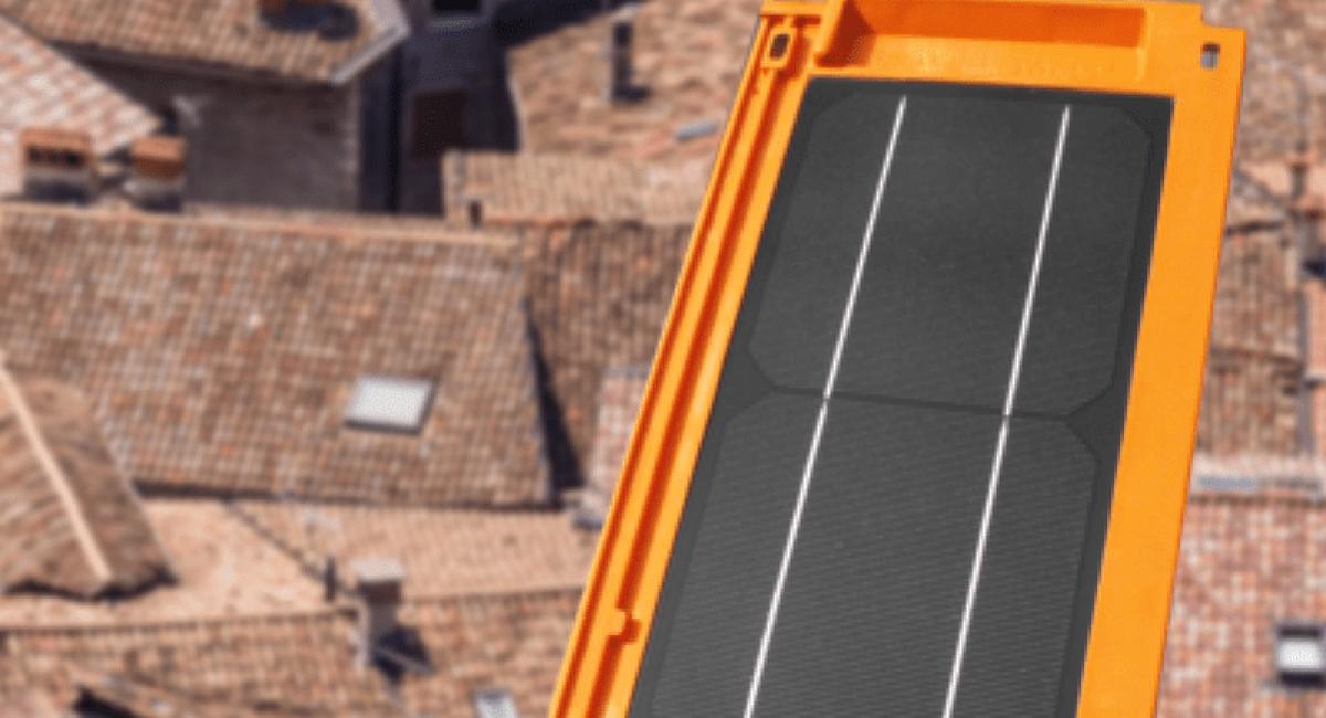 tegola+fotovoltaica+con+sfondo+tetti-min