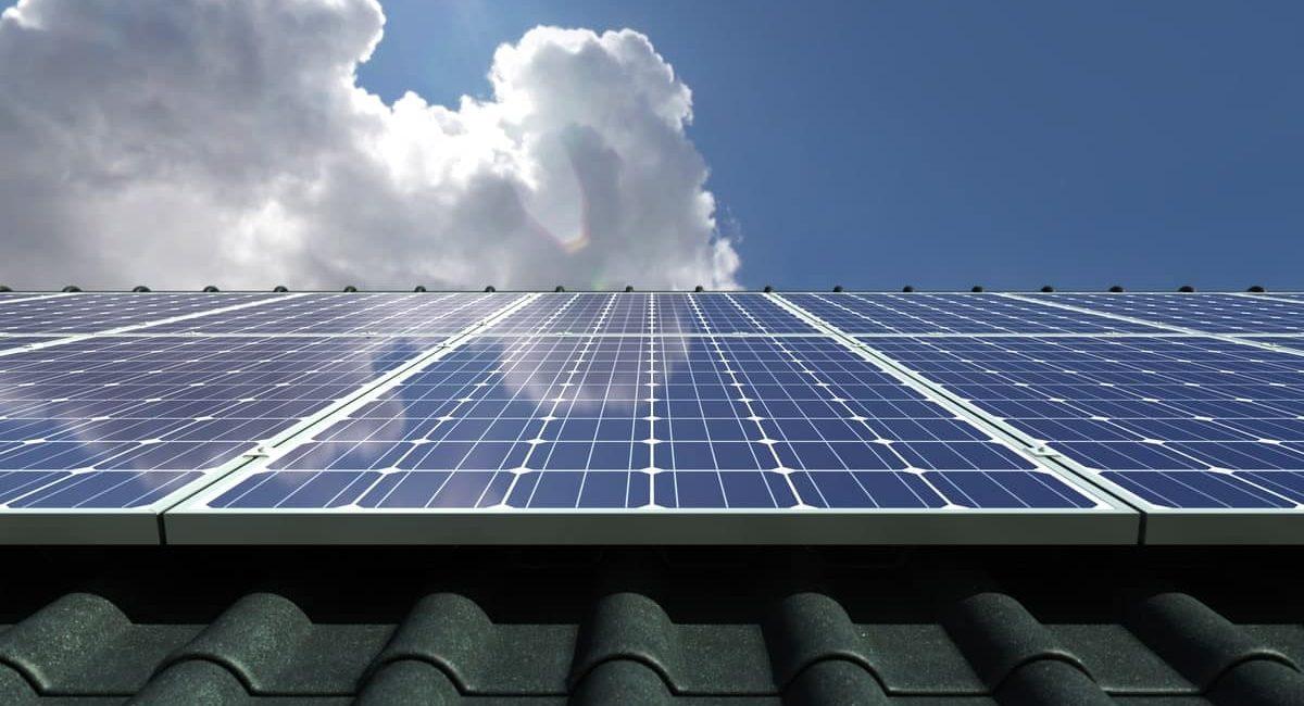 Si nota un impianto fotovoltaico sul tetto. Molti potrebbero chiedersi quanto costa e come funziona, ma soprattutto se conviene.